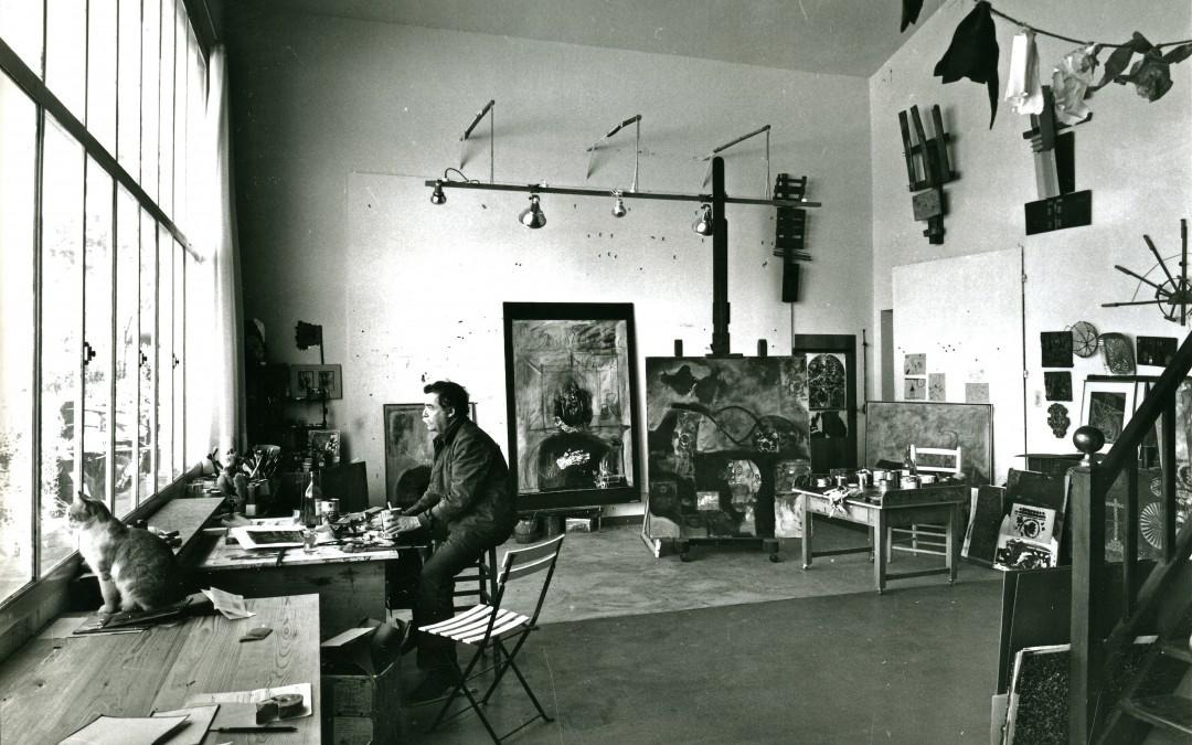 Antoni Clavé dans son atelier de Saint Tropez, 1968